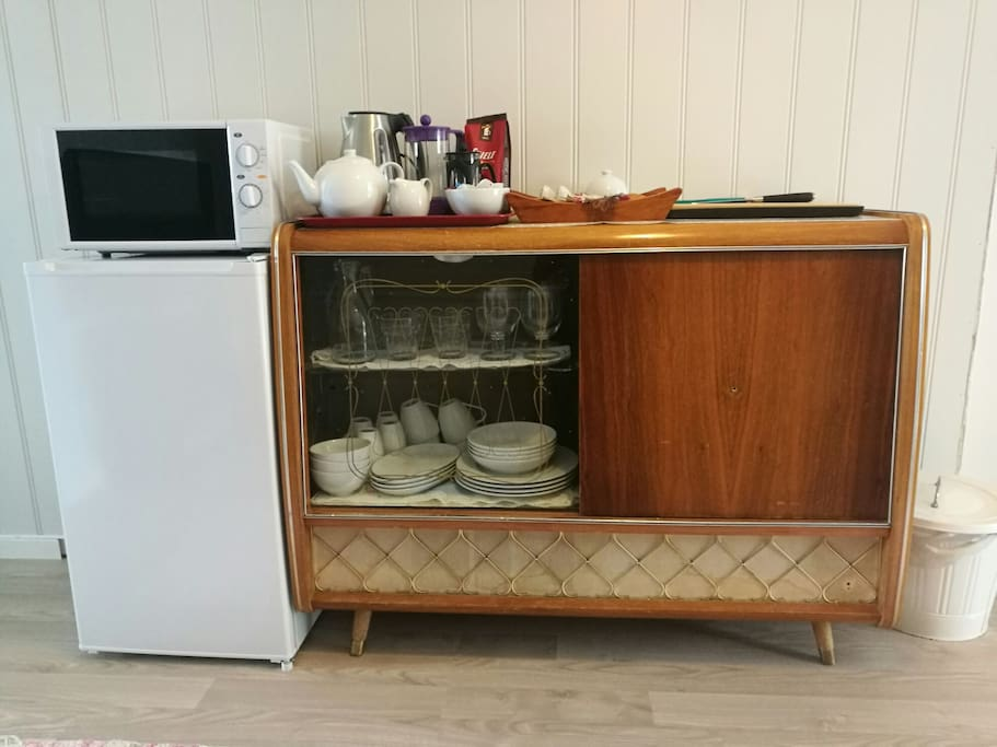 There is no proper kitchen. But you'll have a small fridge, a microwave, waterkettle and french coffepresd as well as enough cattlery and utensils to serve a snack or a simple meal to 4 people.