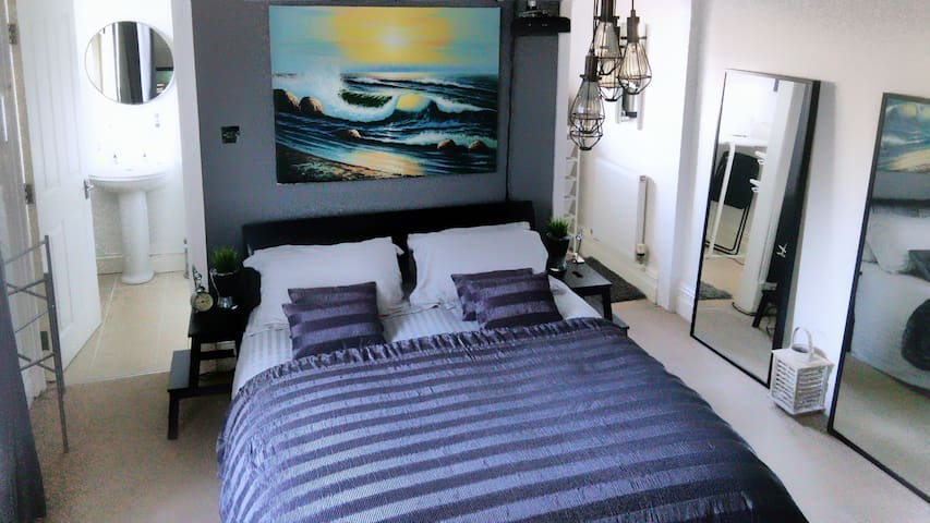 KING Bed in Large EnSuite Room with Dressing Room - Preston