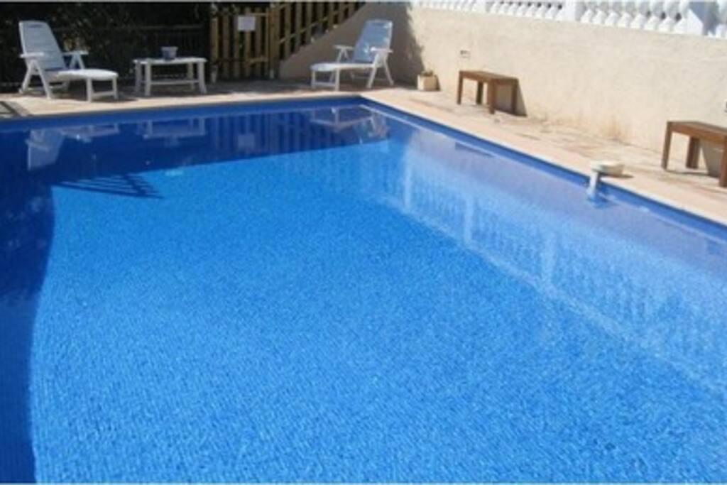 Une piscine avec filtration au sel