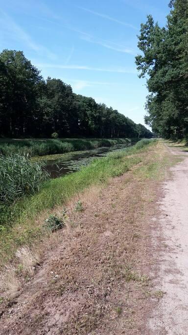 Zin aan een heerlijke wandeling? Ons huis grenst bijna aan dit kanaal. U kunt vanuit ons huis een lekker rondje wandelen (30 minuten)