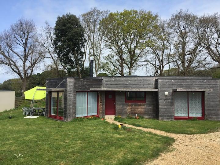 maison en bois récente et lumineuse