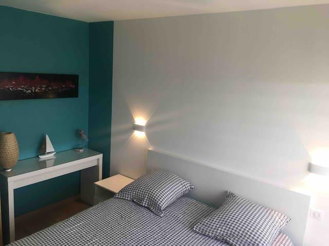 Chambre  (9,5 m2) exposition sud  vue dégagée sans vis à vis  Lit de 2 m x 1.6 m avec  matelas à ressorts qualité hôtelière;  placard et penderie.