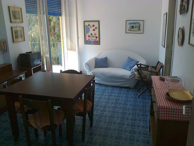 Bright House close toThe beach and local amenities
