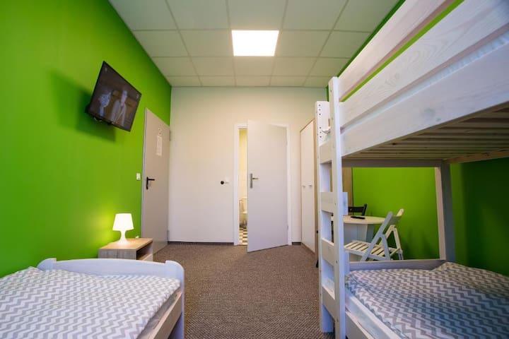Pokój 3-osobowy z prywatną łazienką Moon Hostel