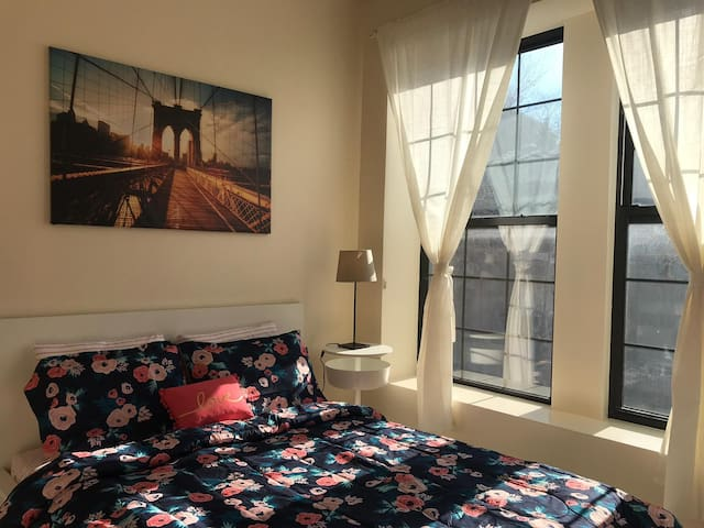 Beautiful Spacious Room w/ Queen Bed - Near Subway