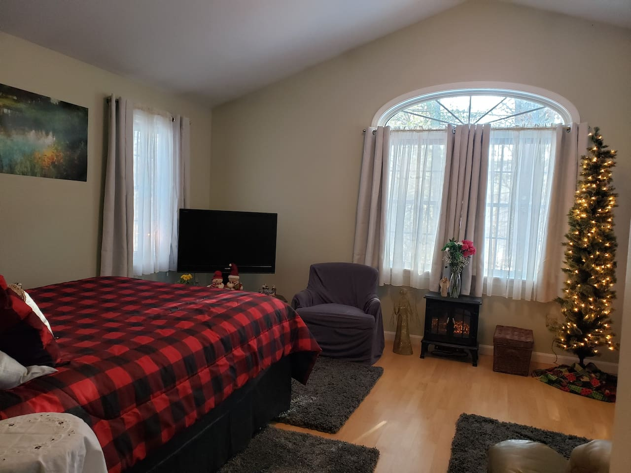 Elegant and spacious bedroom with 42 inch flat screen TV with cable and Wi-Fi included.  Infrared heater for ambiance and warmth.