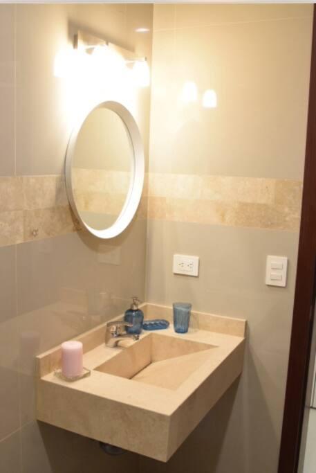 BAño completo.                                                       Full bathroom