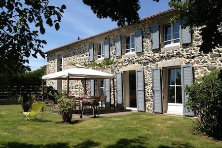 Grange très lumineuse à 45 minutes du Puy du Fou. - Chanteloup - House