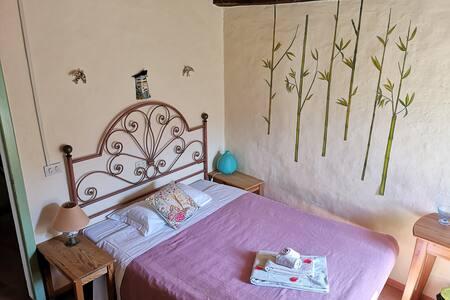 Camera il Nido di Rondine Piccola, romantica ed intima per la coppia che vuole trascorrere una vacanza in relax.