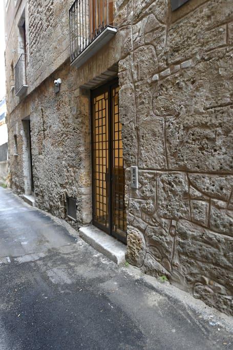 Cancello di ingresso su Vicolo Carini.