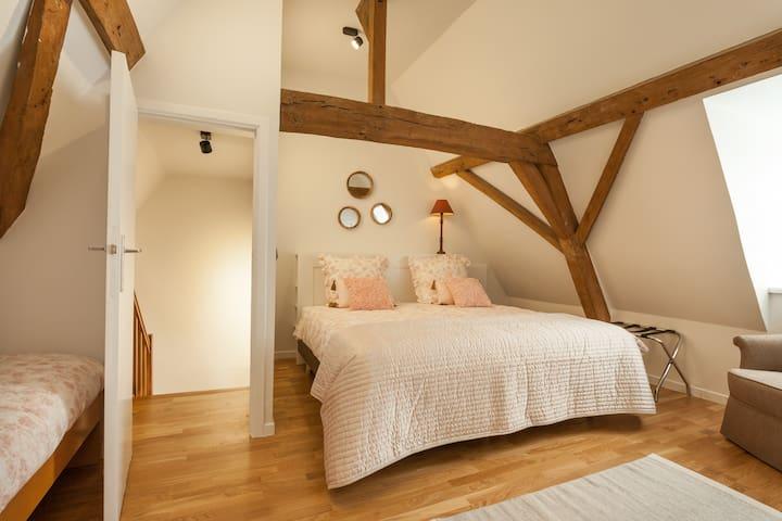 Dit is slaapkamer 2 : met 1 dubbel bed en 1 single bed. 1 badkamer met bad/douche en lavabo