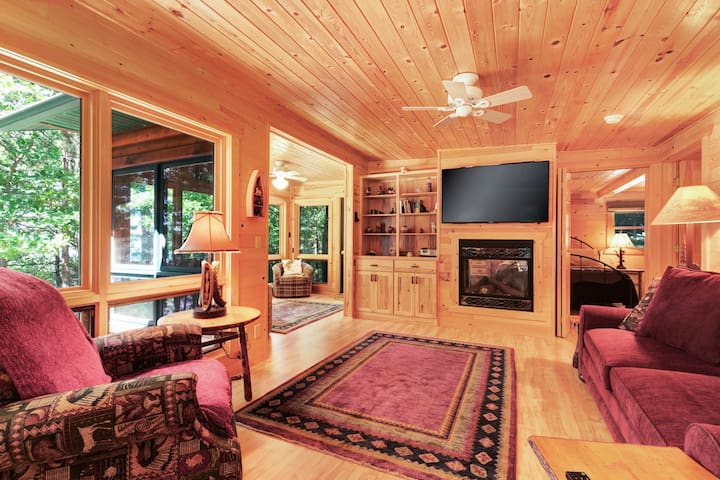 Cozy waterfront cabin w/ a gas fireplace & full kitchen - close to town!