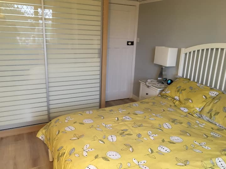 Cosy Bedroom with en suite Bathroom and Breakfast