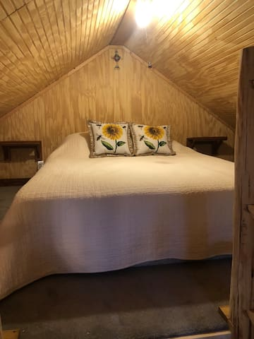 Queen size bed/ open loft  Note: low head clearance especially for tall people.