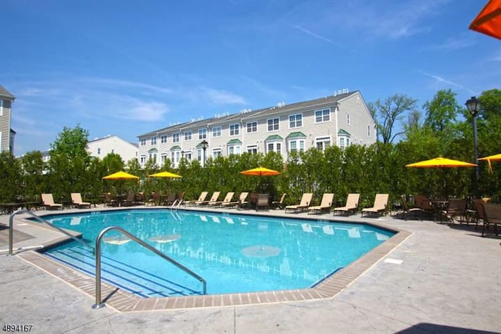 King bed/Pool in a safe luxurious gated community