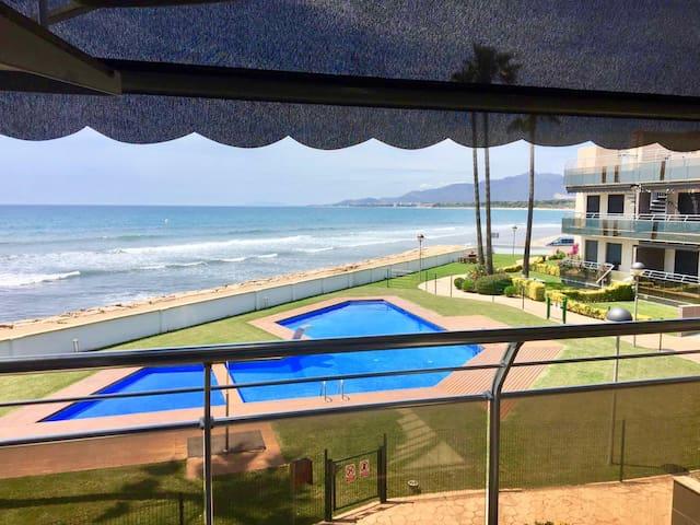 Exclusivo apartamento en primera línea de playa.