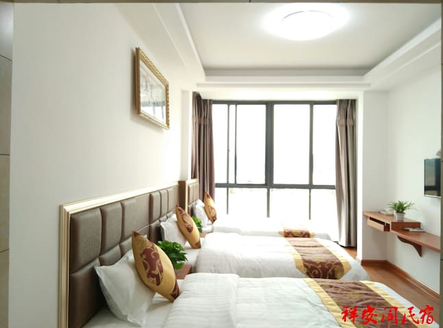 祥安阁民宿 温馨舒适三人房,拥有远眺山水落地窗与独立卫生间,风景独特