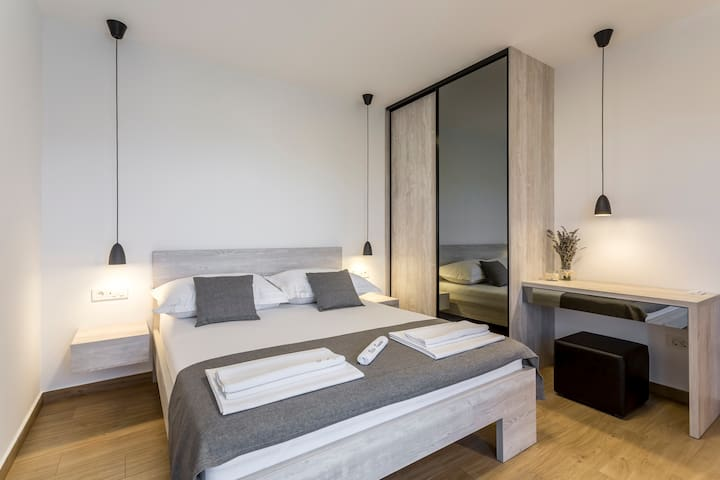 Room 1 with double bed, bathroom, Sat-TV, wardrobe, working table, towel and sheets, air conditioning and balcony with sea view.