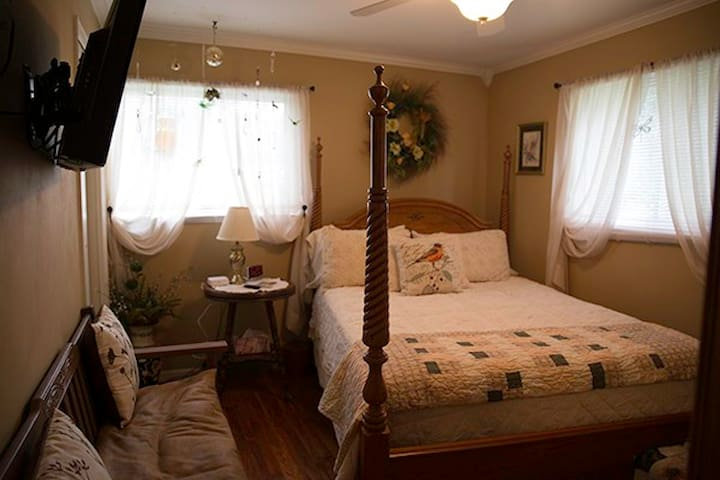 Country Gardens Bed & Breakfast-Room 2-Queen