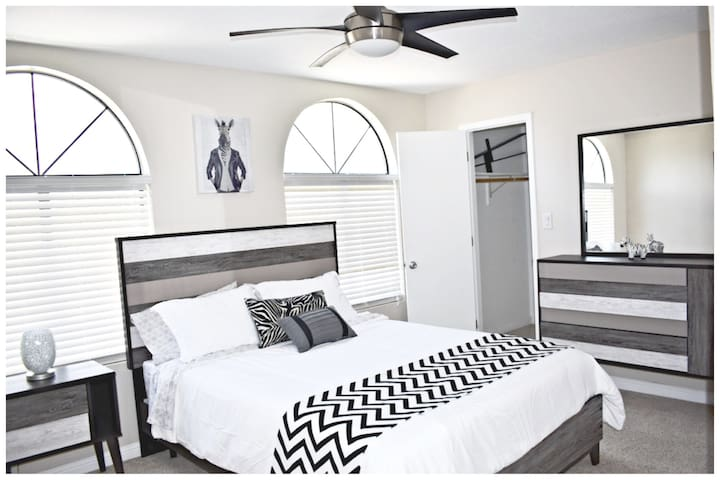 Queen Bed with walk in closet and mountain views