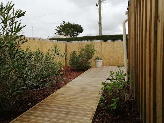 terrasse bois aménagée pour le plaisir des yeux et un maximum de détente