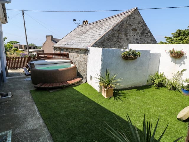ABERSANT HOUSE, pet friendly, with hot tub in Holyhead, Ref 984034