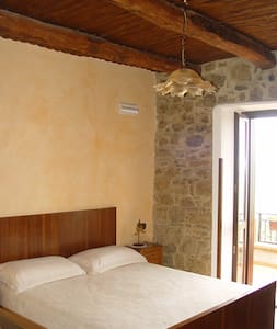 B&B Casale San Martino Camera Matrimoniale - Laureana Cilento - 家庭式旅館