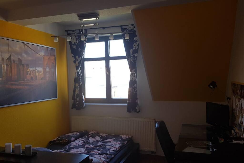Privatzimmer mit Ankleidzimmer, Arbeitsbereich und Doppelbett
