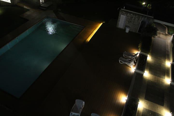 Solárium y piscina exterior (climatizada en temporada) , swimming pool and solarium(climatized in summer)