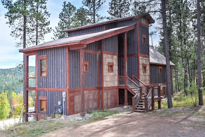 Luxury 4 Bedroom cabin with 2 master suites and access to heated swimming pool!
