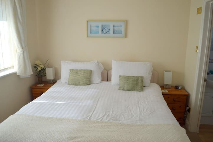 Christchurch Bay Bedroom, 2 Guests - Barton on Sea