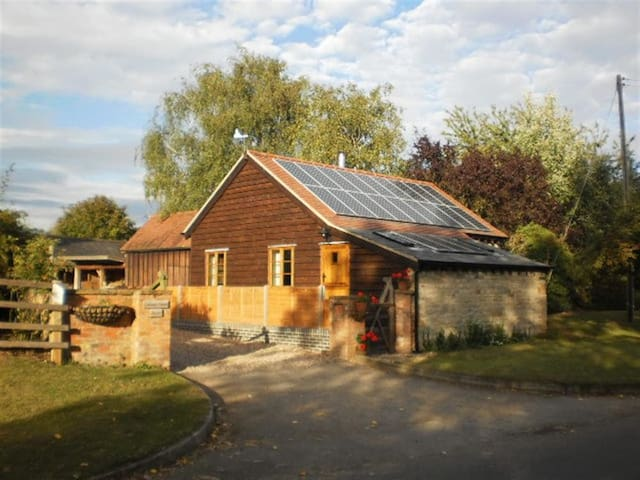 ROBBIE'S BARN, pet friendly, with open fire in Ettington, Ref 988660