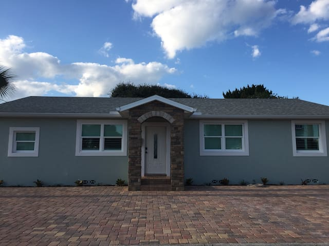 new a block from the beach - Ormond Beach - Lakás