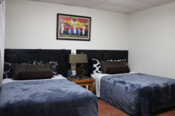 habitación doble con 2 camas matrimoniales con baño con agua caliente, tv con cable por Internet y wifi