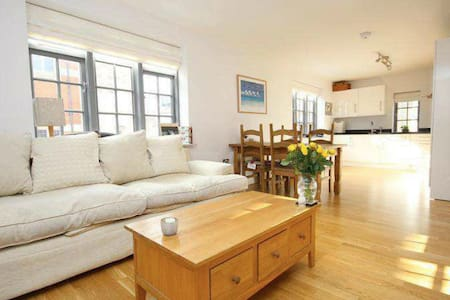 Large double room in beautiful Henley apartment - Henley-on-Thames