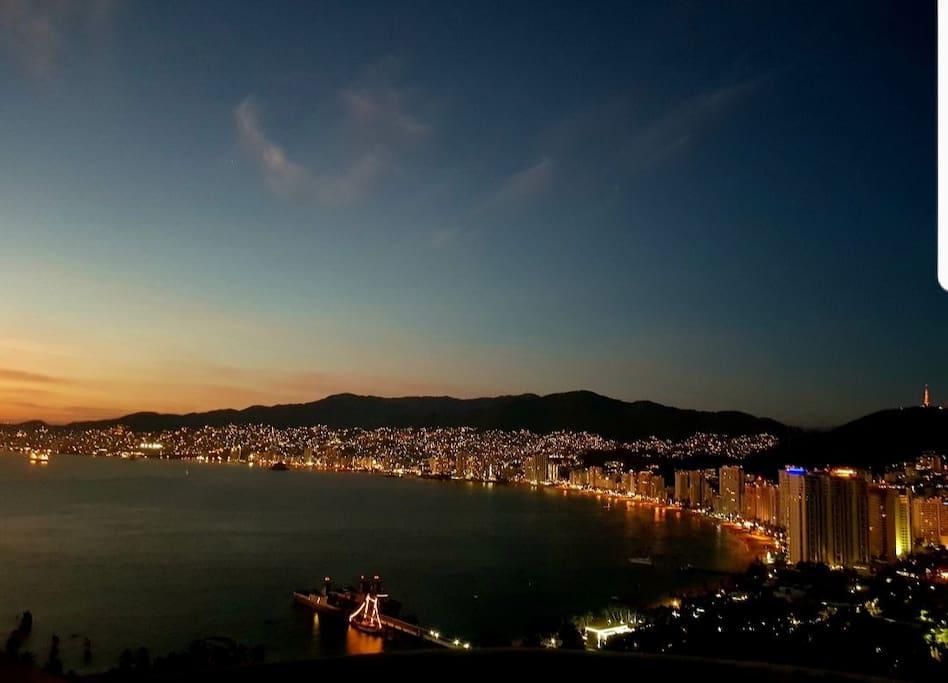 Vista panorámica desde el Roof Garden para admirar Acapulco de noche.