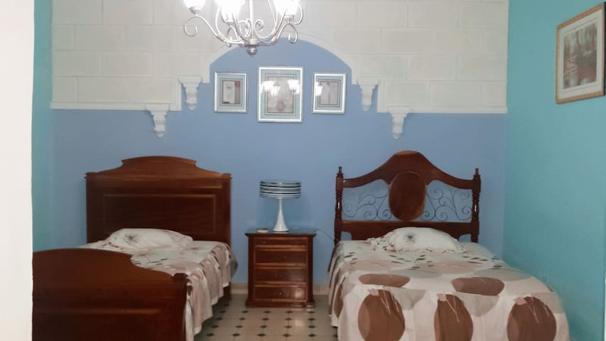 Camas coloniales, matrimoniales y muy  confortables.