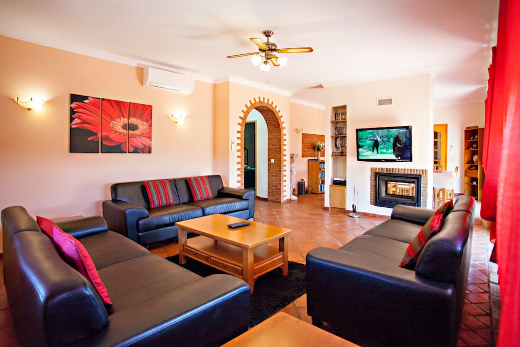 Lounge:A/C unit, Satellite TV, Flat screen TV, DVD player, Patio doors, Balcony