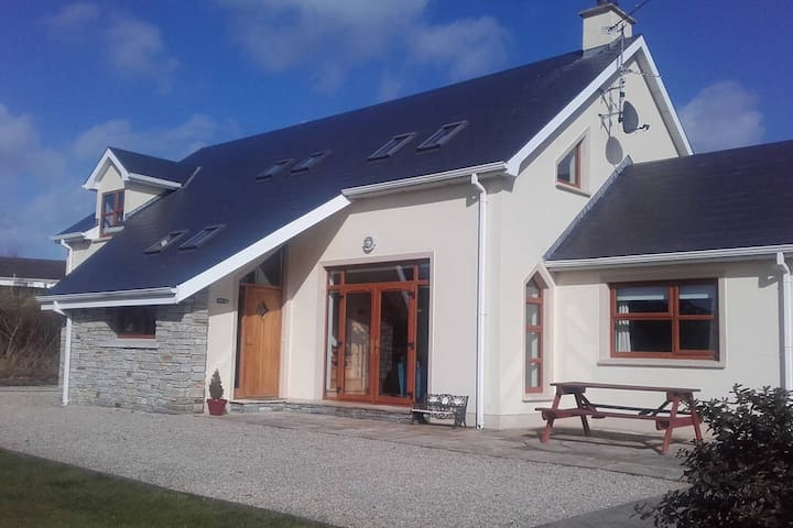 Buncrana - 4 bedroom house  near Irish Golf Open