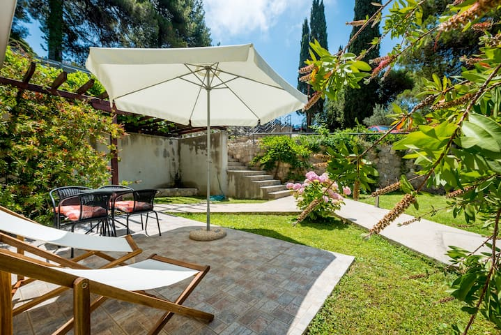 Furnished garden patio