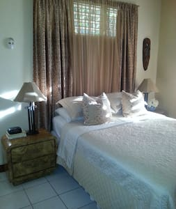 Comfortable Bedroom in cool scenic Forrest Hills. - Kingston - Huis
