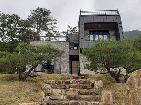 힐탑스테이 대지305평,독채32평의 탁트인 산 전망과 정원을 품은  복층구조의 저택입니다.