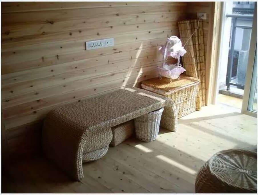 出口级玉米皮编织的茶几和坐凳。