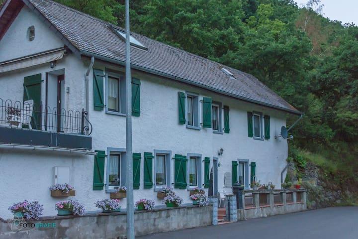 Idyllisch gelegen vankantiehuis - Kautenbach - House