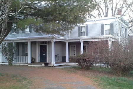 Tivoli Farmhouse - 1/2 mile from Center of Town - Tivoli