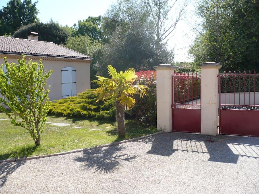 L'entrée de la maison avec le portail et le portillon