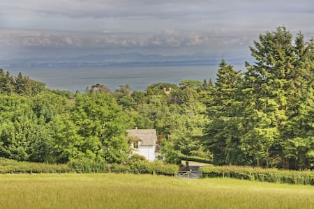 Coastal cottage on a beautiful estate with no neighbours. Private loch & shore, SW Scotland nr Kirkcudbright