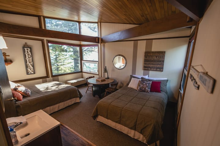 The Timber House - Alaska Room