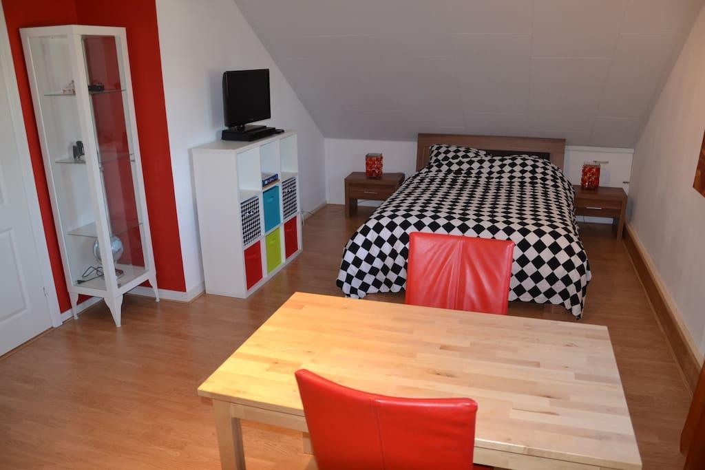 de ruime kamer met heerlijk bed