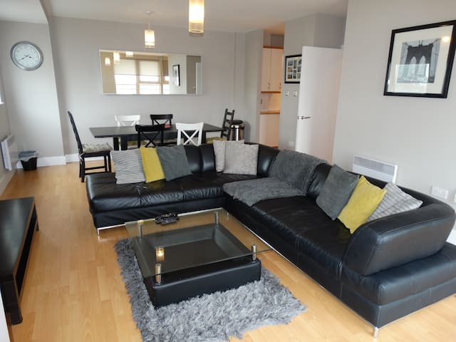 3 bedroom City Centre Apartment + WiFi & Parking